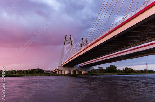 Most wantowy, Kraków, Polska, podczas zachodu słońca nad Wisłą