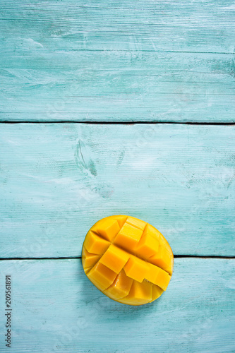 Foto Murales mango fruit on turquoise wooden surface