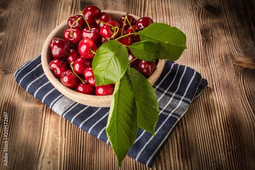 Fotobehang Kersen Sweet cherries in a wooden bowl.