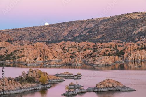 Wschód księżyca nad malowniczym Watson Lake Prescott Arizona