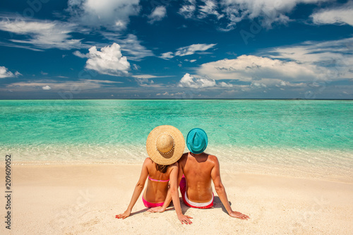 Foto Murales Couple on a beach at Maldives