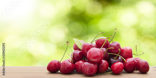 Aluminium Kersen ripe cherries on a natural background