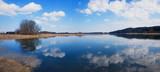 Idyllische Szene am Seehamer See, blauer Himmel mit Wolkenspiegelung - 209647007