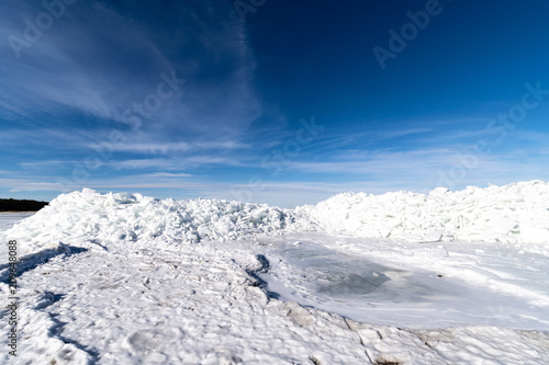 Aluminium Nachtblauw frozen lake covered with stack of ice floes and blue sky