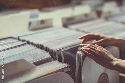 Leinwanddruck Bild Women's hands browsing vinyl records