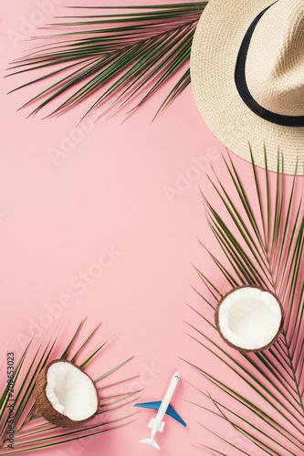 Tropikalne mieszkanie leżało z liśćmi palmowymi i kokosem