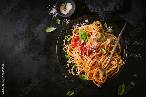 Dark plate with italian spaghetti on dark - 209673063