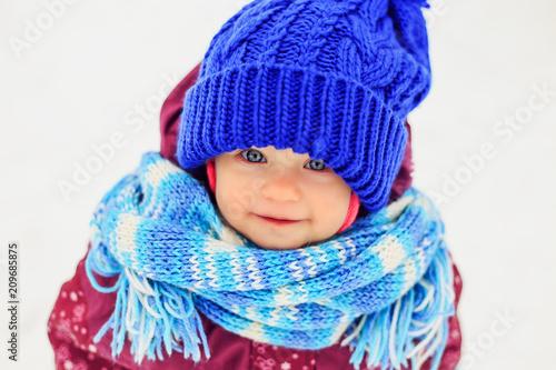 Foto Murales Funny little girl in winter park.