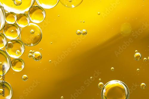 złoty żółty olejek do bąbelków, abstrakcyjne tło