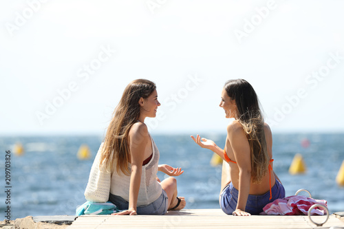 Foto Murales Tourists on summer vacartions talking on the beach