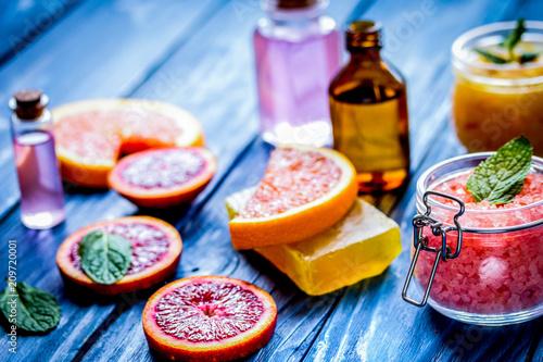organiczny kosmetyk z cytrusami na niebieskim tle
