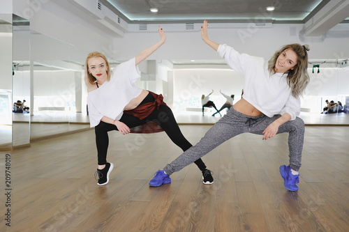 Two hip-hop dancing girls - 209748019