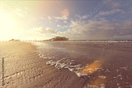 Fotobehang Noordzee Strand von St. Peter-Ording im Gegenlicht