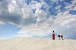 Butelka wina na szczycie piaszczystej wydmy, wakacje nad morzem.