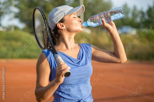 Aluminium Tennis Beautiful young tennis player drinking water