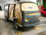 Restaurierung eines alten Transporter der Siebzigerjahre in der Lackiererei einer Oldtimerwerkstatt in Lage bei Detmold in Ostwestfalen
