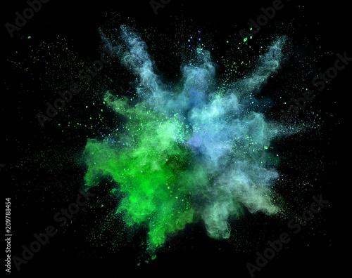 Wybuch barwiony proszek odizolowywający na białym tle