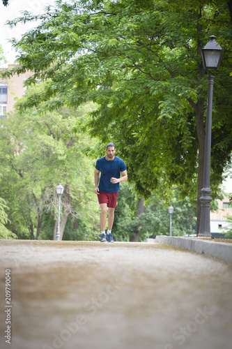Foto Murales young man running in the park.
