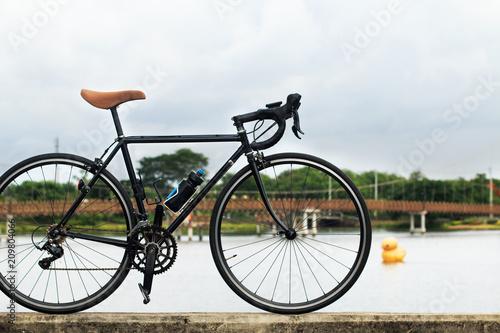 Plexiglas Fiets Vintage rode bike stand on the bridge with the pound background