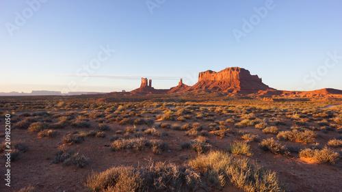 Fotobehang Zonsopgang Sunrise in Monument Valley