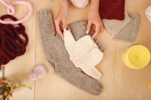 Beżowe ubrania. Handy umiejętne profesjonalny needlewoman uczucie niezwykle zmotywowany podczas dziania trochę beżowy ubrania