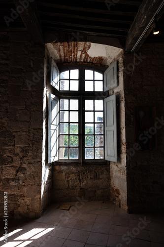 Foto Murales  Fenêtre dans un mur en pierre