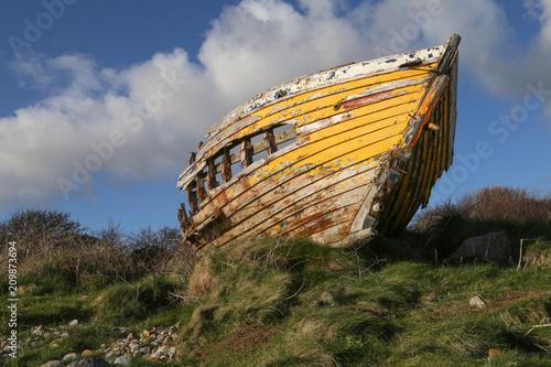 Fotobehang Schip vieille épave de bateau échouée