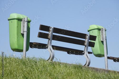 Foto Murales Sitzbank mit Papierkörben