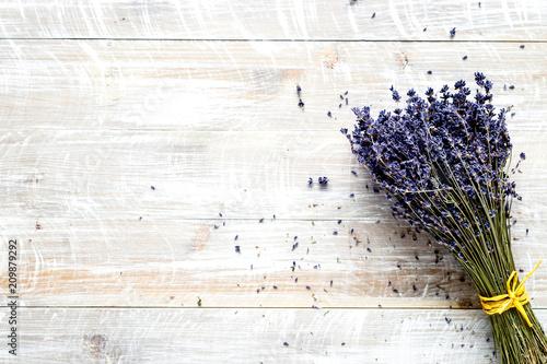 skład laveder z suchym bukietem i polu rustykalnym tle t
