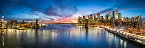 New York City Skyline Panorama mit Brooklyn Bridge und Blick Blick auf Manhattan - 209921297