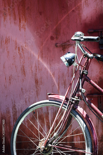 Plexiglas Fiets old classic bicycle on retro vintage wall