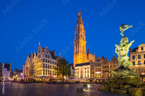 In de dag Antwerpen Famous fountain with Statue of Brabo in Grote Markt square in Antwerpen, Belgium.