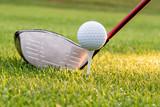 Golfball auf Stift liegend,  bereit zum Abschlag mit Driver - 209982414