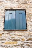 fenêtre ancienne, volets coeurs - 209994877
