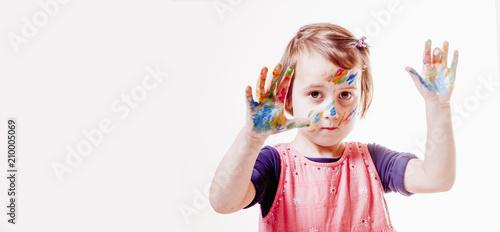 Piękna małe dziecko dziewczyna z kolorowymi malować rękami.