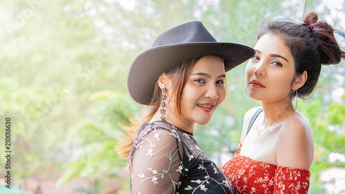 Zwart op Asian Lesbian