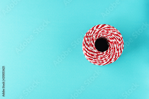 Foto Murales red white packing Christmas rope on blue background
