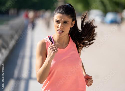 młody ładny biegacz pracuje w zielonym parku miejskim w koncepcji fitness ćwiczenia