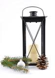 Laterne und Weihnachtsdekoration auf weiss - 210121406