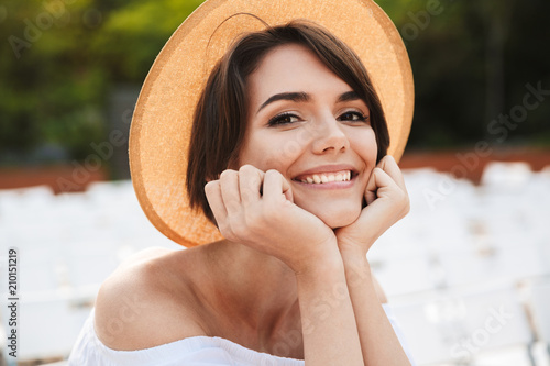 Close up of a smiling young girl in summer hat - 210151219