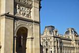 Arc de triomphe du Carrousel et palais du Louvre à Paris, France - 210151494