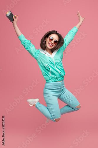 Stylowa dziewczyna skacze na różowo