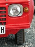 Scheinwerfer in der Frontpartie eines roten französischen Geländewagen der Siebzigerjahre beim Oldtimertreffen in Lage bei Detmold in Ostwestfalen-Lippe