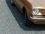 Goldglänzender amerikanischer Sportwagen der Sechzigerjahre auf grauem Schotter bei einem Oldtimertreffen in Lage bei Detmold in Ostwestfalen-Lippe