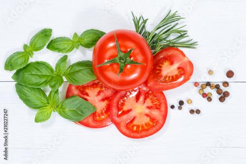 Tomaten mit Basilikum Gemüse von oben Holzbrett - 210227247