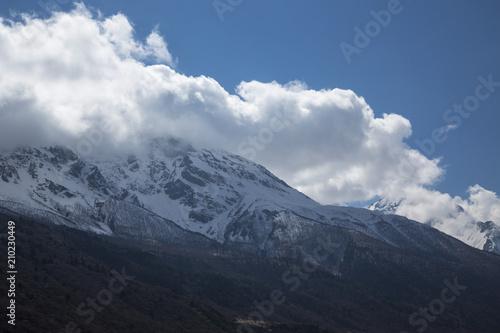 Aluminium Bergrivier Горный пейзаж. Красивый вид на живописное ущелье, панорама с высокими горами. Природа Северного Кавказа, отдых в горах
