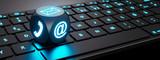 Leuchtender Würfel mit Kommunikations-Symbolen auf Tastatur - 210307253