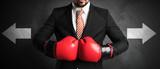 Geschäftsmann boxt sich durch und muss den nächsten Schritt entscheiden