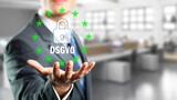 Geschäftsmann präsentiert DSGVO vor Bürohintergrund