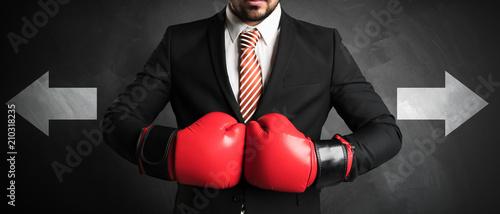 Leinwanddruck Bild Geschäftsmann boxt sich durch und muss den nächsten Schritt entscheiden
